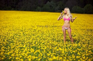 800px-Blond_woman_in_a_pink_underwear_on_a_field_with_yellow_flowers_02